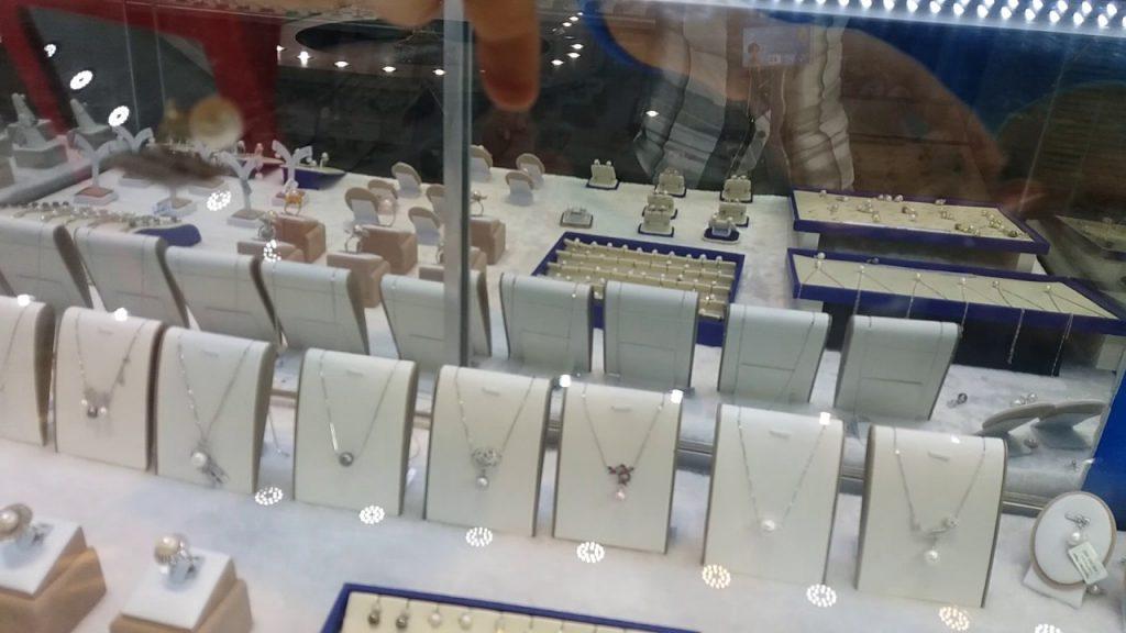 Du khách du lịch Phú Quốc thăm quan và mua những món quà trang sức ngọc trai về làm quà